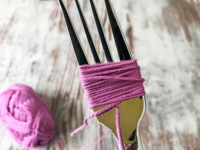 DIY: Pompoms. Gabel mit Wolle umwickeln