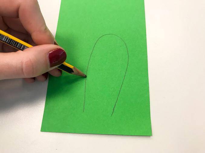 Jetzt könnt ihr mit dem Bleistift auf dem Tonpapier zwei Hasenohren aufmalen und ausschneiden. Auf einem Tonpapier-Bogen in einer anderen Farbe könnt ihr jetzt kleine Teile für die Innenseite der Ohren aufmalen und ausschneiden