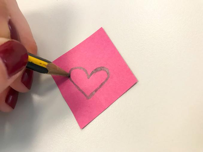 Für die Hasennase könnt ihr ein Herz oder ein Dreieck aus andersfarbigem Tonpapier ausschneiden und mittig über die Falte der kleinen Tasche kleben