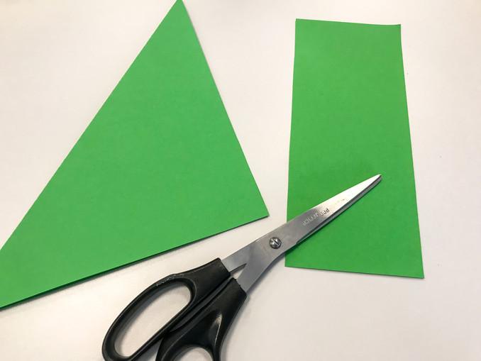 Zuerst faltet ihr einen Bogen DINA4-großes Tonpapier so, dass ein quadratisches Stück entsteht. Den überschüssigen Streifen unten abschneiden.