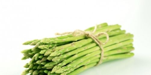 Vorspeise: Mozzarellasalat mit grünem Spargel und Aprikosen